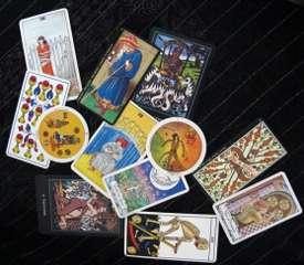immagine raffigurante carte da briscola e tarocchi di vario tipo