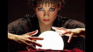 operatrice esoterica che impone le mani sulla sfera di cristallo