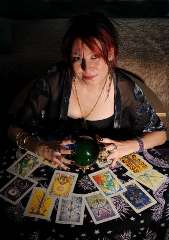 immagine raffigurante una operatrice esoterica che tiene in mano una sfera di cristallo