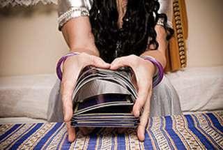 immagine raffigurante 2 mani che mescolano un mazzo di carte