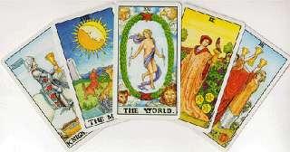 immagine raffigurante 5 carte dei tarocchi stese a ventaglio