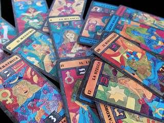 immagine raffigurante un mazzo di tarocchi con colori molto accesi