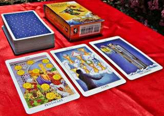 immagine raffigurante un mazzo di carte dei tarocchi sopra ad un panno di colore rosso