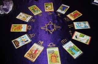 immagine raffigurante le carte tarocchi stesi in cerchio su di un panno viola con i 12 segni zodiacali