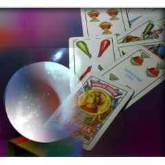 immagine raffigurante delle carte da briscola e una palla di vetro per uso esoterico