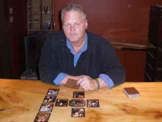 immagine raffigurante un cartomante che ha steso le carte secondo il metodo della croce