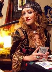 immagina raffigurante una zingara mentre mescola un mazzo di carte